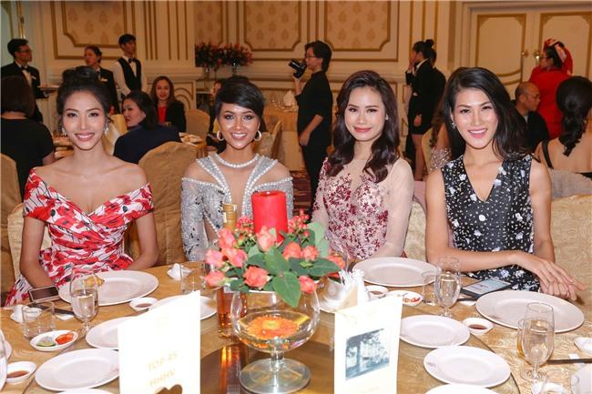 Hoàng Thùy mặt trắng bệch, ngày càng bánh bèo tại Hoa hậu Hoàn vũ VN - Ảnh 1.