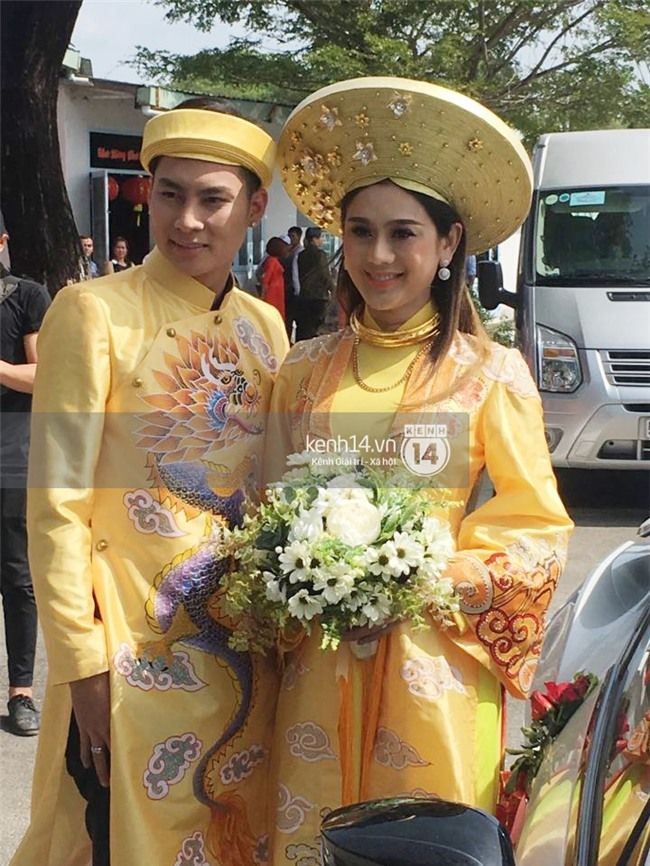 Cô dâu Lâm Khánh Chi diện áo dài long phụng quét đất về nhà chồng - Ảnh 1.