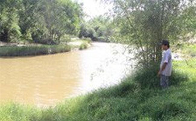 Bé gái 8 tuổi thoát chết sau khi bị yêu râu xanh ném xuống sông