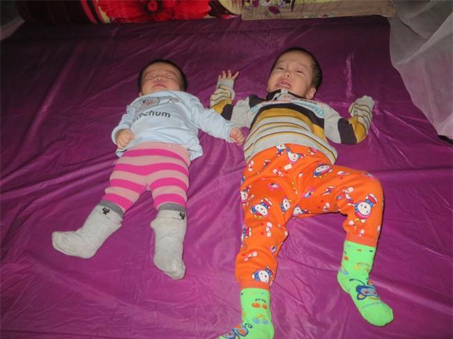 Hai đứa con thơ đều mắc bệnh teo não từ 6 tháng tuổi, đôi vợ chồng nghèo đau đớn nhìn con héo úa từng ngày