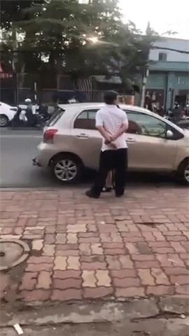 Clip: Bị nhắc nhở đỗ xe chắn cửa hàng, người đàn ông liên tục nhổ nước bọt, đứng ngoáy mông, vứt rác phía trước cửa hàng - Ảnh 3.