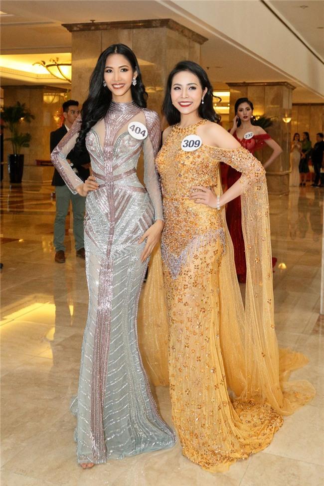 Hoàng Thùy quay ngoắt 180 độ từ thời trang lạc quẻ sang phong cách hoa hậu đằm thắm-11