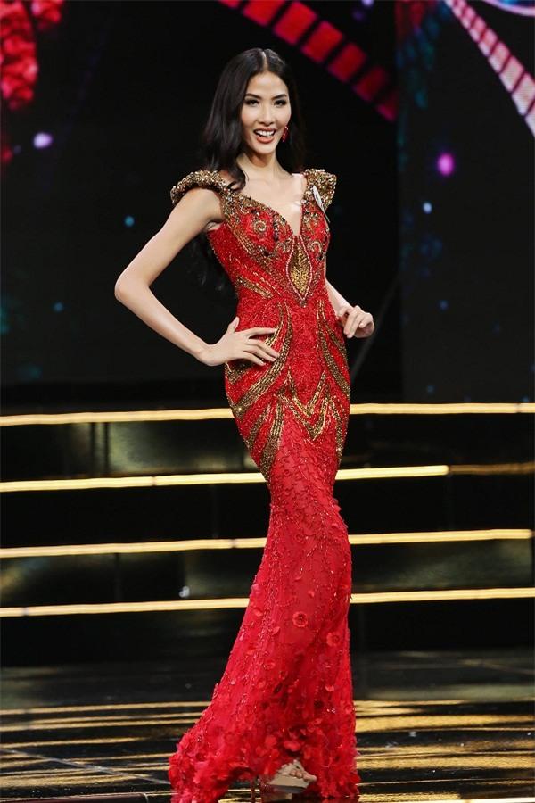 Hoàng Thùy quay ngoắt 180 độ từ thời trang lạc quẻ sang phong cách hoa hậu đằm thắm-8