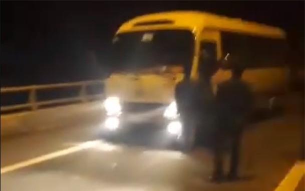 Clip: Nhóm thanh niên mang hung khí lên đường cao tốc chặn xin tiền rồi livestream khoe Facebook - Ảnh 3.
