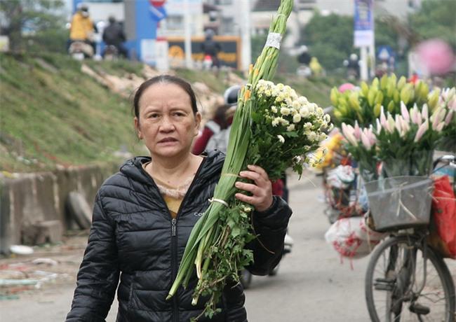 450 ngàn đồng/cành đào nở sớm, người Hà Nội mua chơi Tết Dương lịch - Ảnh 12.