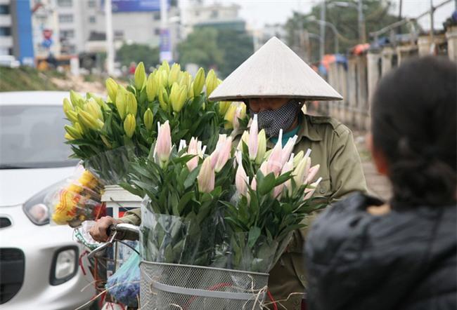 450 ngàn đồng/cành đào nở sớm, người Hà Nội mua chơi Tết Dương lịch - Ảnh 13.