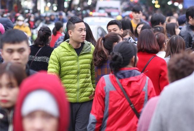 CẬP NHẬT: Người cả nước đổ dồn về các tuyến phố trung tâm, háo hức chờ thời khắc đón chào năm mới 2018 - Ảnh 7.
