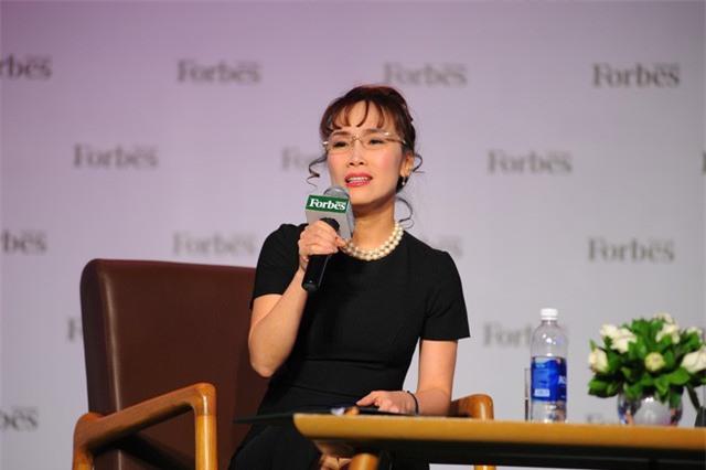 Nữ tỷ phú Việt đầu tiên lọt top 1.000 người giàu có nhất hành tinh: Mặc váy hoa, mang giày cao gót và tay cầm đô la - Ảnh 2.