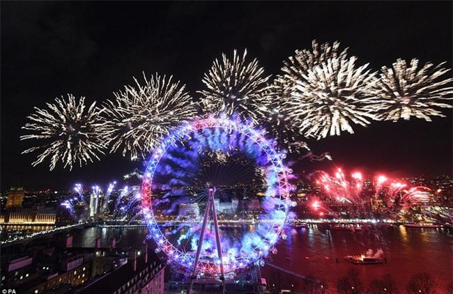 Đại tiệc pháo hoa rực rỡ kéo dài 12 phút bên sông Thames - Ảnh 1.