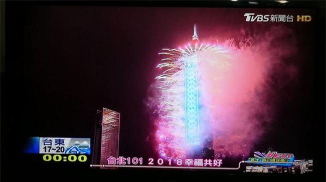 Pháo hoa rực rỡ đón năm mới 2018 trên vịnh ở Hồng Kông - Ảnh 1.