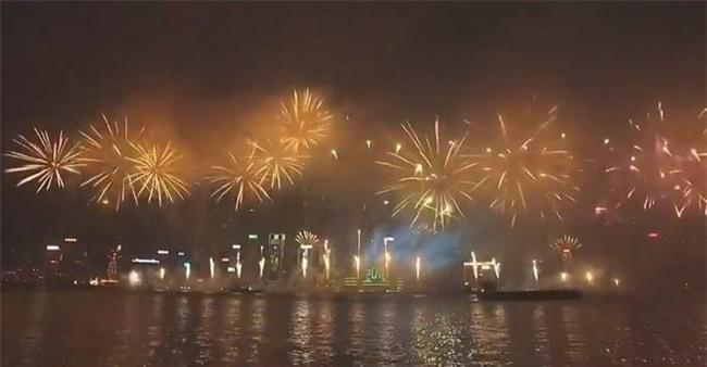 Pháo hoa rực rỡ đón năm mới 2018 trên vịnh ở Hồng Kông - Ảnh 3.
