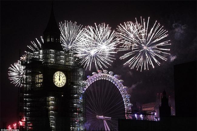 Đại tiệc pháo hoa rực rỡ kéo dài 12 phút bên sông Thames - Ảnh 3.