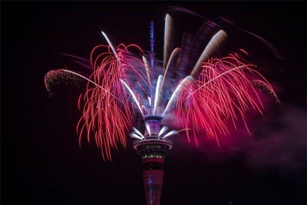 New Zealand chào mừng năm 2018 bằng pháo hoa từ Sky Tower nổi tiếng - Ảnh 1.