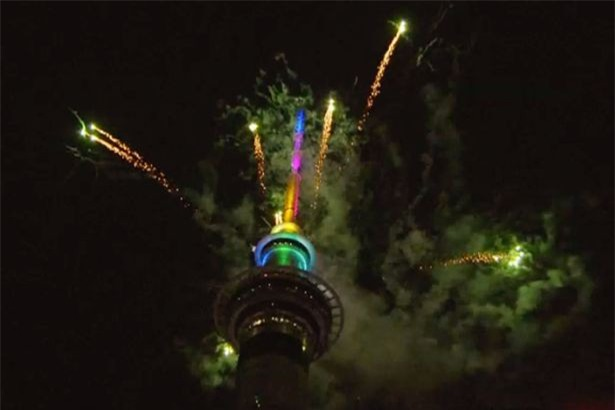 New Zealand chào mừng năm 2018 bằng pháo hoa từ Sky Tower nổi tiếng - Ảnh 3.