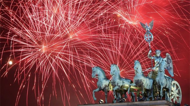 Đại tiệc pháo hoa rực rỡ kéo dài 12 phút bên sông Thames - Ảnh 2.