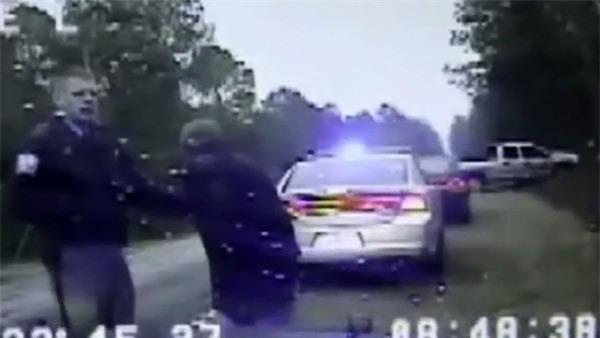 Nữ đạo chích tự tháo còng rồi bỏ trốn bằng chính... xe cảnh sát - Ảnh 2.