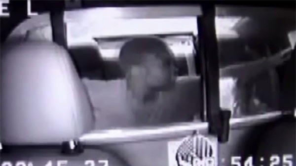 Nữ đạo chích tự tháo còng rồi bỏ trốn bằng chính... xe cảnh sát - Ảnh 3.