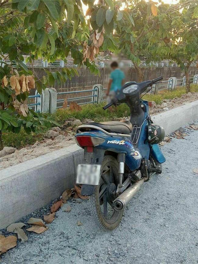 TP. HCM: Nghi vấn nam thanh niên dựng xe máy bên lề đường rồi treo cổ lên cây xanh tự tử - Ảnh 1.