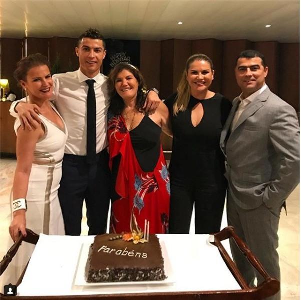 Ronaldo và bạn gái hạnh phúc mừng sinh nhật mẹ Dolores - Ảnh 1.
