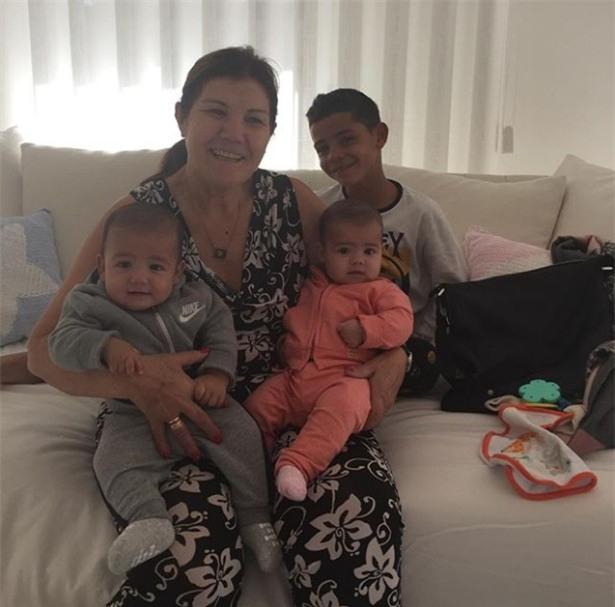 Ronaldo và bạn gái hạnh phúc mừng sinh nhật mẹ Dolores - Ảnh 3.