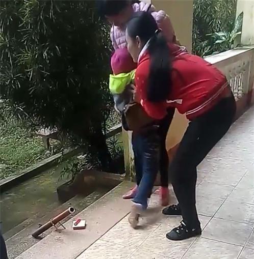 Ở với bố từ nhỏ, bé gái khóc thét khi mẹ quay về đón sau 6 năm bỏ đi - Ảnh 2.