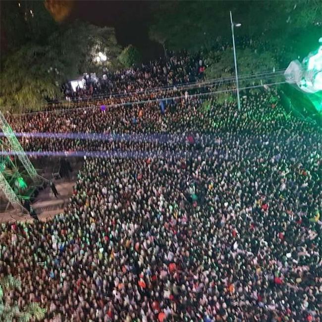 Clip: Thiếu nữ biểu diễn màn đứng trên đám đông nổi bật nhất đêm Countdown tại Hà Nội - Ảnh 2.