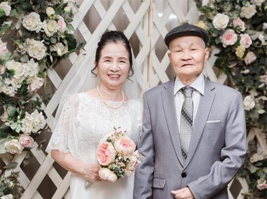 Ông bà anh 50 năm vẫn nắm tay tình tứ khiến cộng đồng mạng xuýt xoa ngưỡng mộ - Ảnh 1.