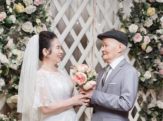 Ông bà anh 50 năm vẫn nắm tay tình tứ khiến cộng đồng mạng xuýt xoa ngưỡng mộ - Ảnh 2.
