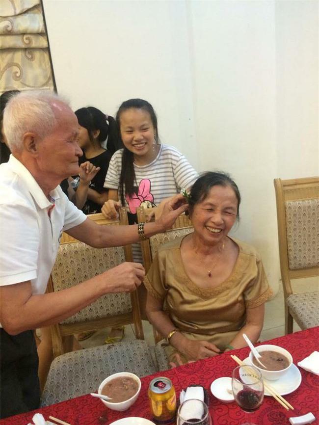 Ông bà anh 50 năm vẫn nắm tay tình tứ khiến cộng đồng mạng xuýt xoa ngưỡng mộ - Ảnh 6.