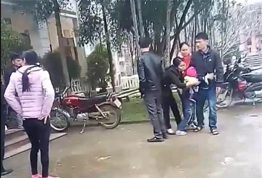 Người mẹ trong vụ bé gái khóc thét khi mẹ quay về đón sau 6 năm: Tôi đòi lại con vì chồng giao bé cho hàng xóm nuôi - Ảnh 2.