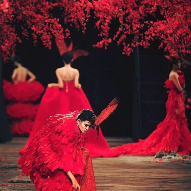 Phần đuôi váy của Võ Hoàng Yến bị vướng vào sàn gỗ khi đang trình diễn catwalk. - Tin sao Viet - Tin tuc sao Viet - Scandal sao Viet - Tin tuc cua Sao - Tin cua Sao
