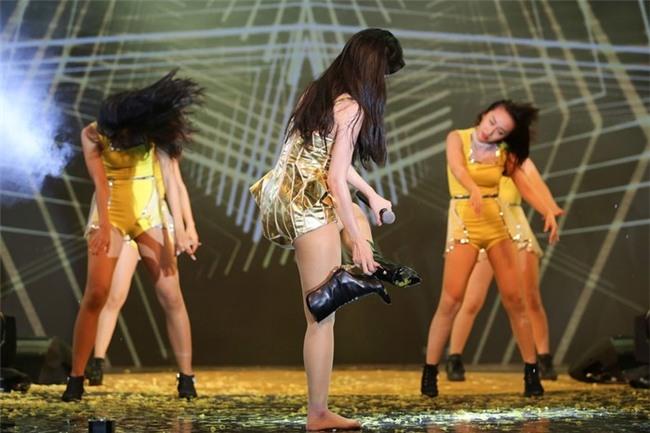 Cô còn tháo giầy để biểu diễn được dễ dàng hơn vì sân khấu quá trơn. - Tin sao Viet - Tin tuc sao Viet - Scandal sao Viet - Tin tuc cua Sao - Tin cua Sao