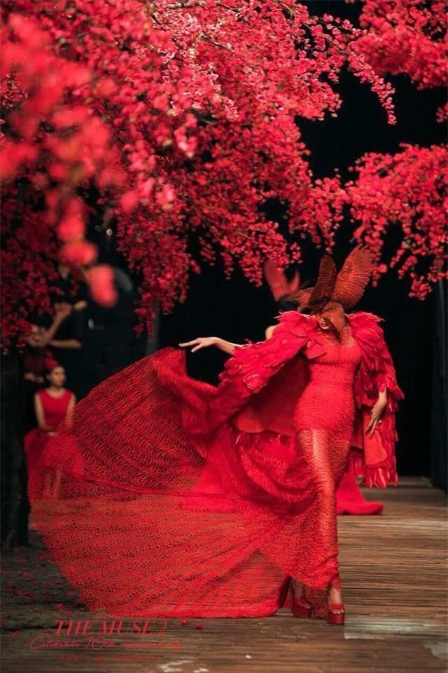 Sau khi gỡ váy xong, Võ Hoàng Yến nhanh chóng đứng dậy tiếp tục hoàn thành phần trình diễn đầy tinh tế và chuyên nghiệp. - Tin sao Viet - Tin tuc sao Viet - Scandal sao Viet - Tin tuc cua Sao - Tin cua Sao