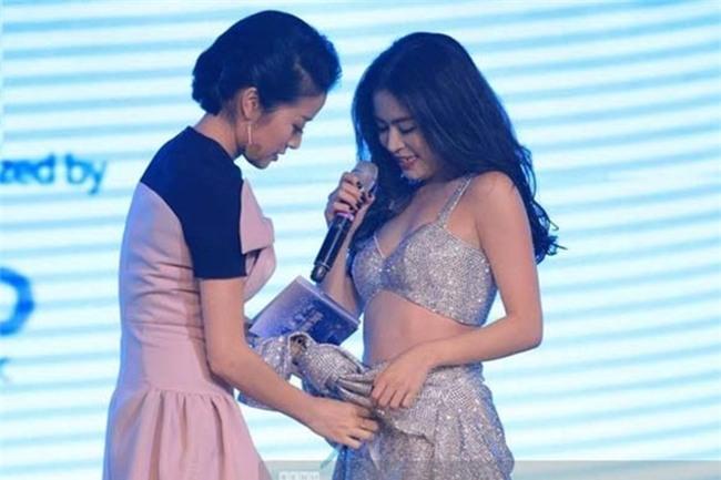 MC Phí Linh đã phải ra sân khấu để hỗ trợ Hoàng Thùy Linh. - Tin sao Viet - Tin tuc sao Viet - Scandal sao Viet - Tin tuc cua Sao - Tin cua Sao
