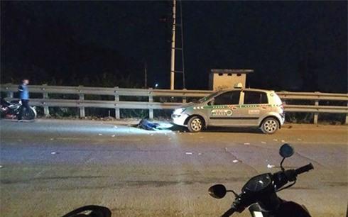 Sau va chạm, đôi nam nữ dựng xe vào lề đường lại bị taxi đâm tử vong - Ảnh 1.