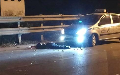 Sau va chạm, đôi nam nữ dựng xe vào lề đường lại bị taxi đâm tử vong - Ảnh 2.