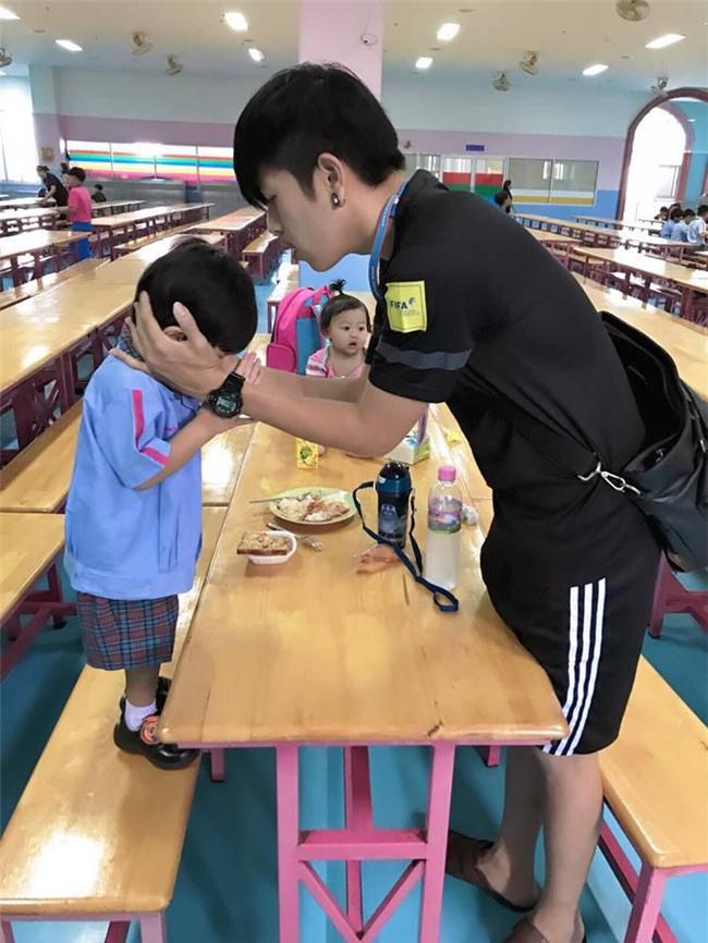 lam du tro de con vui, ong bo dien trai thai lan duoc dan mang khen nuc no - 18