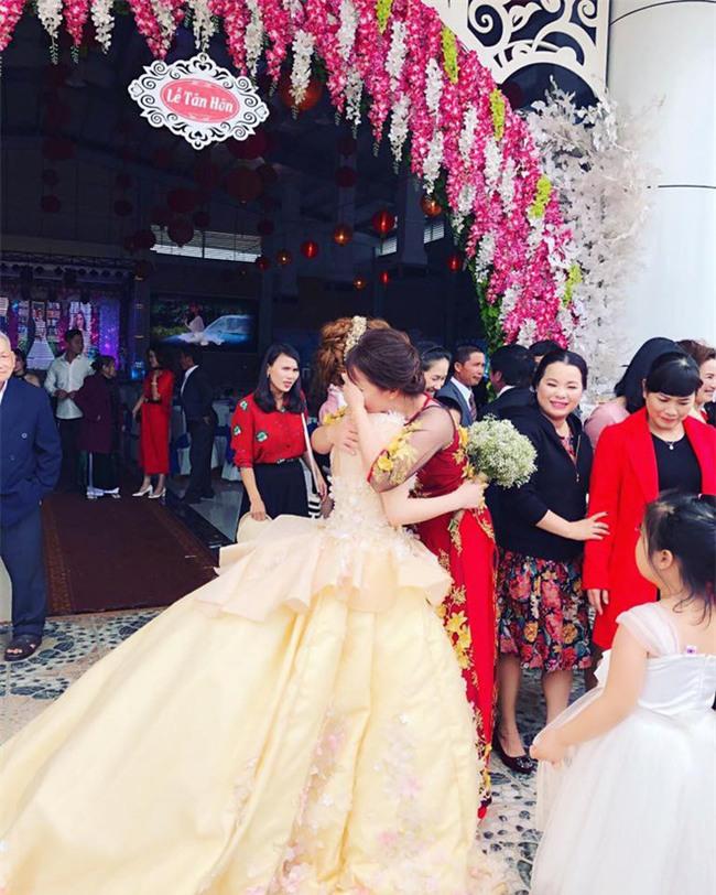 Clip cô dâu ôm cha mẹ khóc nức nở trong ngày cưới: Lấy chồng xa 53km thôi mà cảm giác như 530km vậy - Ảnh 4.