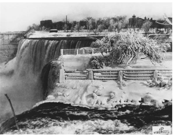 Lạnh giá kỷ lục khiến thác nước Niagara tiếp tục đóng băng, tạo nên những cây cầu nối Mỹ và Canada - Ảnh 1.