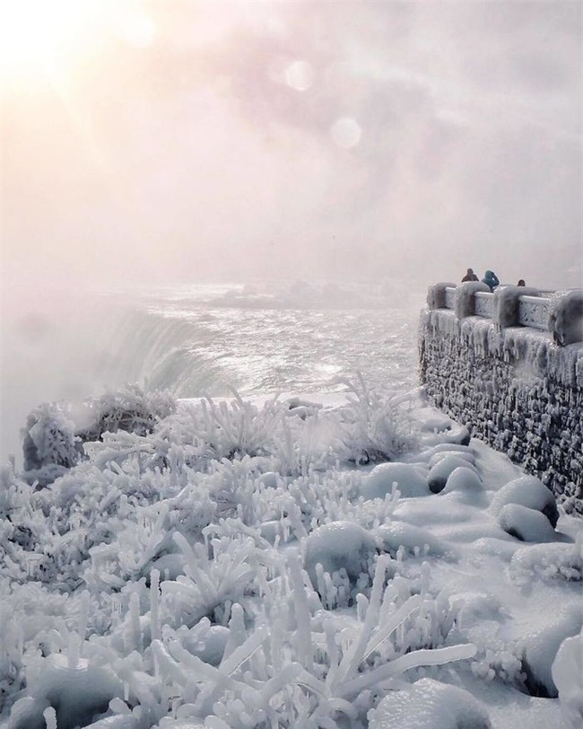 """Lạnh giá kỷ lục khiến thác nước Niagara tiếp tục đóng băng, tạo nên những """"cây cầu"""" nối Mỹ và Canada - Ảnh 5."""