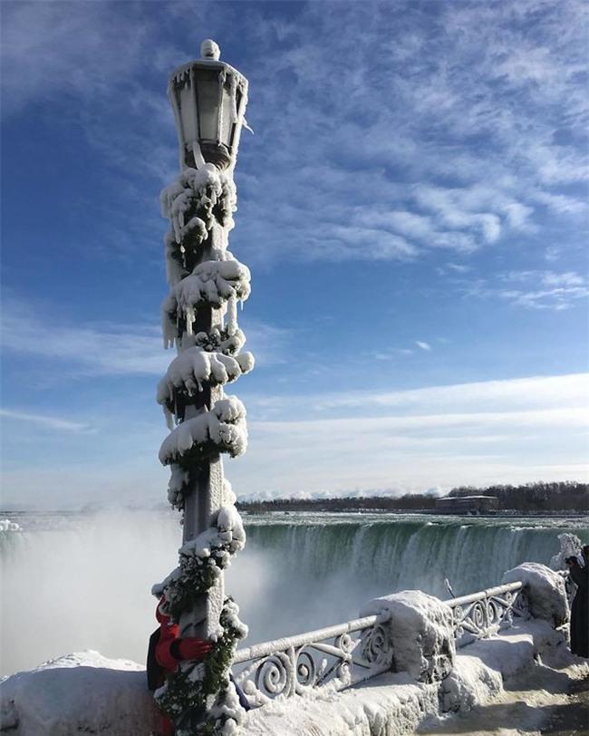 """Lạnh giá kỷ lục khiến thác nước Niagara tiếp tục đóng băng, tạo nên những """"cây cầu"""" nối Mỹ và Canada - Ảnh 3."""