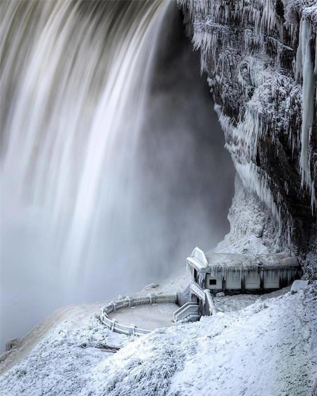 """Lạnh giá kỷ lục khiến thác nước Niagara tiếp tục đóng băng, tạo nên những """"cây cầu"""" nối Mỹ và Canada - Ảnh 4."""