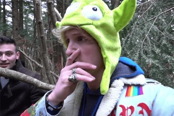 Logan Paul xuất hiện trong đoạn video gây phẫn nộ, phía sau là một người bạn đi cùng Paul