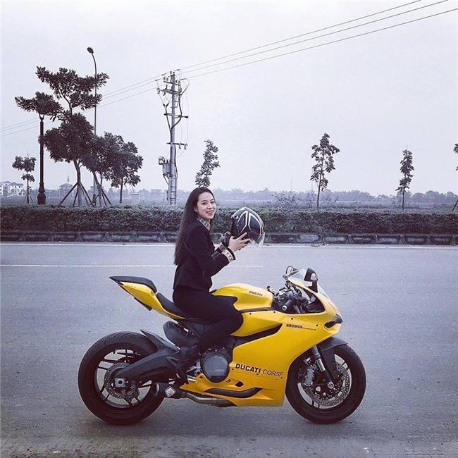 Cô gái Huế dịu dàng cưỡi motor vàng nửa tỷ dạo phố là tâm điểm MXH hôm nay - Ảnh 1.