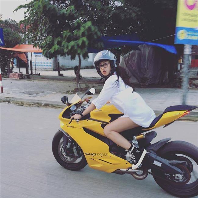 Cô gái Huế dịu dàng cưỡi motor vàng nửa tỷ dạo phố là tâm điểm MXH hôm nay - Ảnh 2.