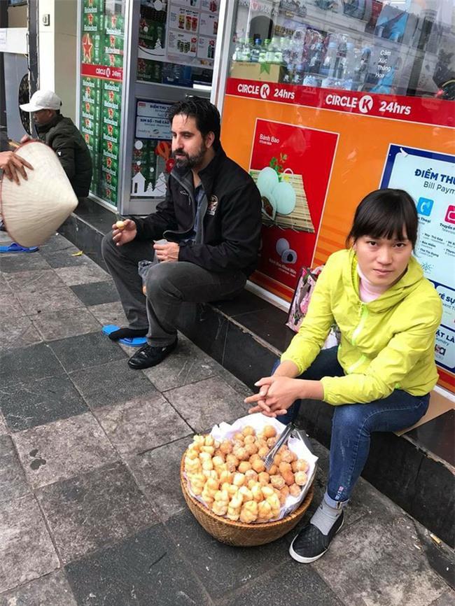 Bắt nam thanh niên đánh giày cấu kết người phụ nữ chặt chém khách nước ngoài 4 chiếc bánh rán 80.000VND