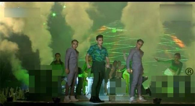 Những lần toát mồ hôi vì rách áo, bục quần trên sân khấu của sao Việt-6