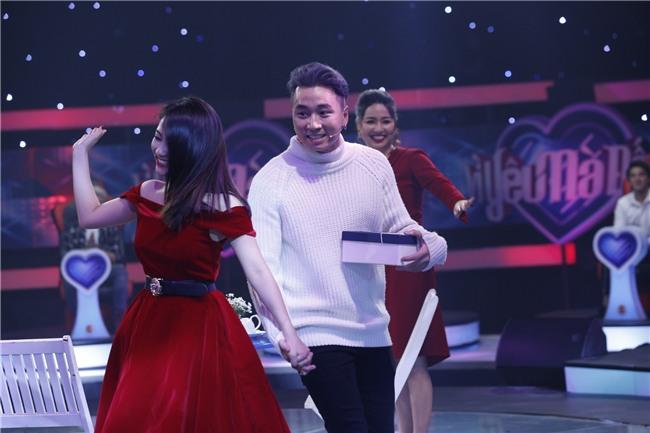 Vì yêu mà đến: Happy ending thứ 3 xuất hiện, Karik nắm tay cô sinh viên xinh đẹp rời khỏi chương trình-11