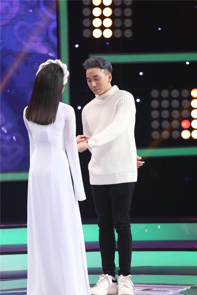 Vì yêu mà đến: Happy ending thứ 3 xuất hiện, Karik nắm tay cô sinh viên xinh đẹp rời khỏi chương trình-5