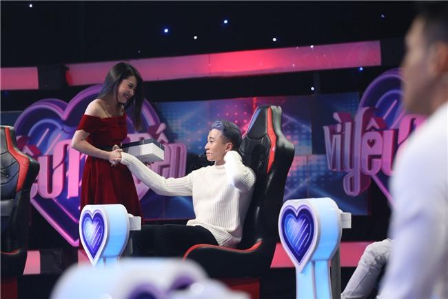 Vì yêu mà đến: Happy ending thứ 3 xuất hiện, Karik nắm tay cô sinh viên xinh đẹp rời khỏi chương trình-7